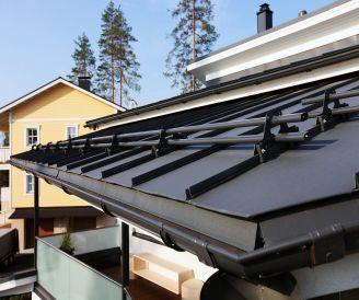 Ruukki, Skandinávské domy mají barevně sladěné okapy a dalších prvky se střechou.