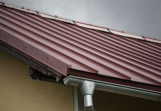 Ruukki, Špatný příklad kombinace kvalitní krytiny s levným plechem na hřebeni střechy. Životnost střechy se tímto krokem snižuje