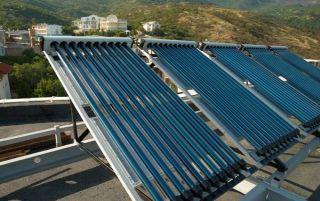 Ilustrační foto, nekryté (nezasklené) solární kolektory