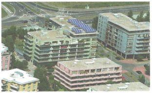 Grada, letecký pohled na střechu bytového domu s kolektory, zdroj: Regulus