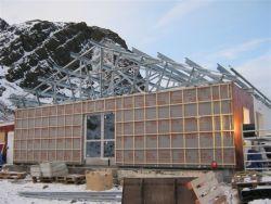 Ocelový vaznicový systém konstrukce střechy Lindab Roof s přesahy u okapu 230mm a ve štítech 400mm přes vnější líc fasády. Zakrátko byl pokryt krytinou Lindab v povrchové úpravě Classic v barvě tmavě šedé
