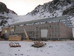 Montáž konstrukce střechy Lindab probíhala společně se zateplováním fasády. Stavba celého objektu trvala pouhých 40dní