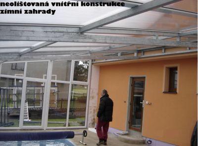 Interiér nedokončené zimní zahrady napojené přímo na dům – vstup z domu