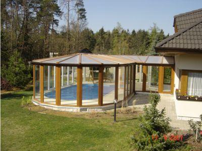 Zimní zahrada připojená vstupním prostorem k domu