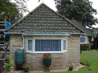 Střecha před nátěrem betonových tašek