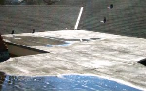 Asfaltová střecha před aplikací ochranného nátěru