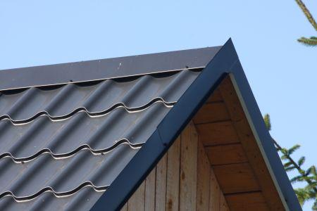 Závětrná lišta na plechové střeše