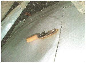 Hydroizolační povlak ze syntetické fólie PVC propálený nedopalkem cigarety, zdroj: Grada