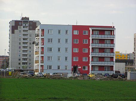 Ilustrační foto, starší zástavba panelových domů a novostavba, zdroj: Krytiny-strechy.cz