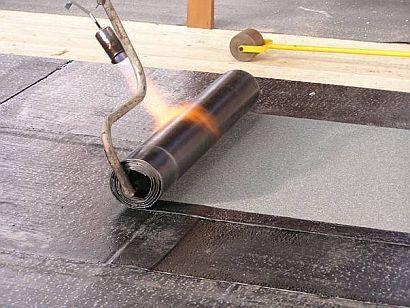 Ilustrační foto, pokládka asfaltových pásů, zdroj: Střechy Chodská