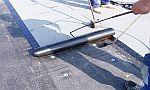 Ilustrační foto, pokládka asfaltových hydroizolačních pásů, zdroj: Střechy Chodská