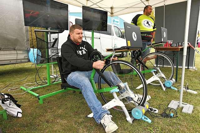Účastníci Firemního dne Lindabu si mohli vyzkoušet jízdu na cyklistických trenažérech a současně přispět dobré věci: každý našlapaný kilometr se totiž proměnil v peníze, za které Lindab pořizuje kola na ruční pohon malým handicapovaným cyklistům.