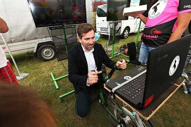 Jízdu na cyklistickém trenažéru si vyzkoušel i moderátor Firemního dne Lindabu – herec a režisér Ondřej Sokol.