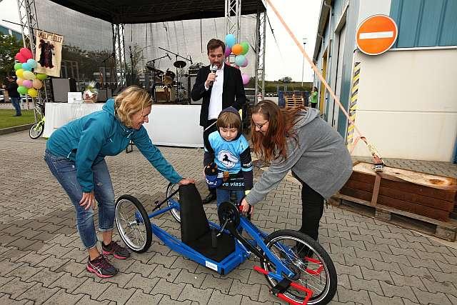 Lindab předal již třetí handbike – tentokrát osmiletému Michalu Novotnému z Jihlavy