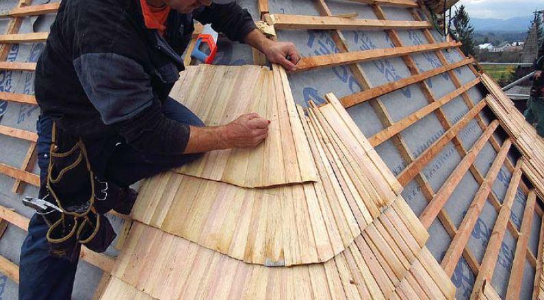Odborné osazení rohových šindelů při montáži na střeše