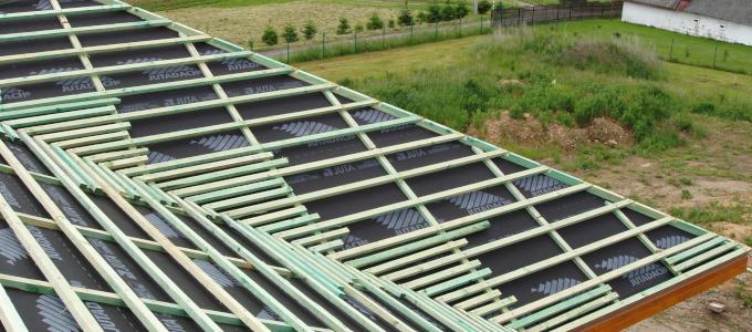 """Jaké tedy kritéria má podstřešní fólie (DHV) pro funkci """"dočasného/provizorního"""" zakrytí střechy splňovat?"""