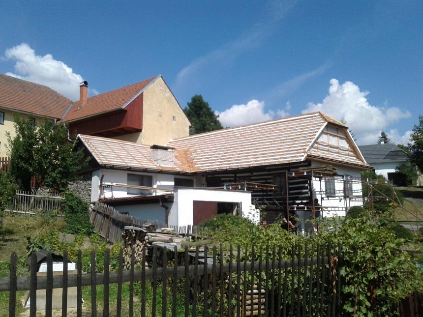 Pokládka betonové střechy střechy na roubenku