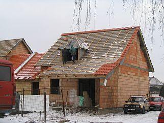 Ilustrační foto, montáž difuzní fólie na střechu, zdroj: Krytiny-strechy.cz