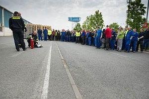 Evakuovaní zaměstnanci Lindabu a praktické cvičení zacházení s hasicími přístroji, zdroj: Lindab