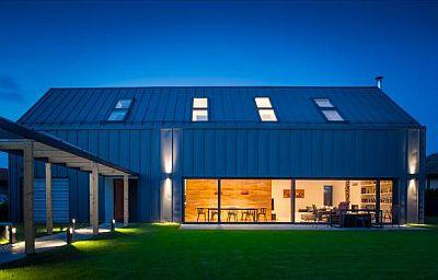 Exteriér RD v Jesenici, zdroj: Lindab ve spolupráci s realizační firmou Střechy Kučera a architektonickým studiem MIO architects