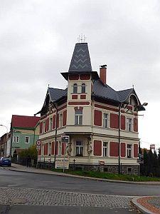 Rodinný dům, Ostrov nad Ohří, nejzajímavější objekt – PREFA falcovaná šablona, Kříž-střechy s.r.o., Děpoltovice; zdroj: Prefa Aluminiumprodukte s.r.o.
