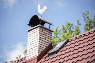 Dekorační korouhev a detail ocelové střechy Ruukki Finnera, foto zdroj Ruukki