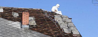 Při výměně staré eternitové střechy dodržujte normy bezpečnosti práce, zdroj: Ruukki