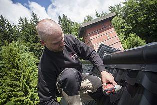 Klempíř Pavel Haba při práci na nové ocelové střeše, ilustrační foto, zdroj: Ruukki