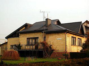 Po rekonstrukci. Starou eternitovou střechu majitel vyměnil za novou, zdroj: Ruukki