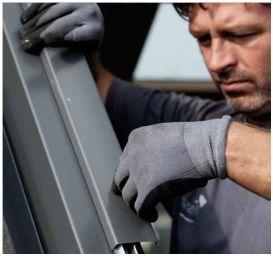 Zacvaknutí oplechování střešního okna Velux, zdroj: Velux