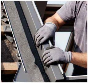 Oplechování bočního rámu střešního okna Velux, zdroj: Velux
