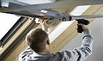 Montáž ocelového rámu opláštění ke střešnímu oknu Velux, zdroj: Velux