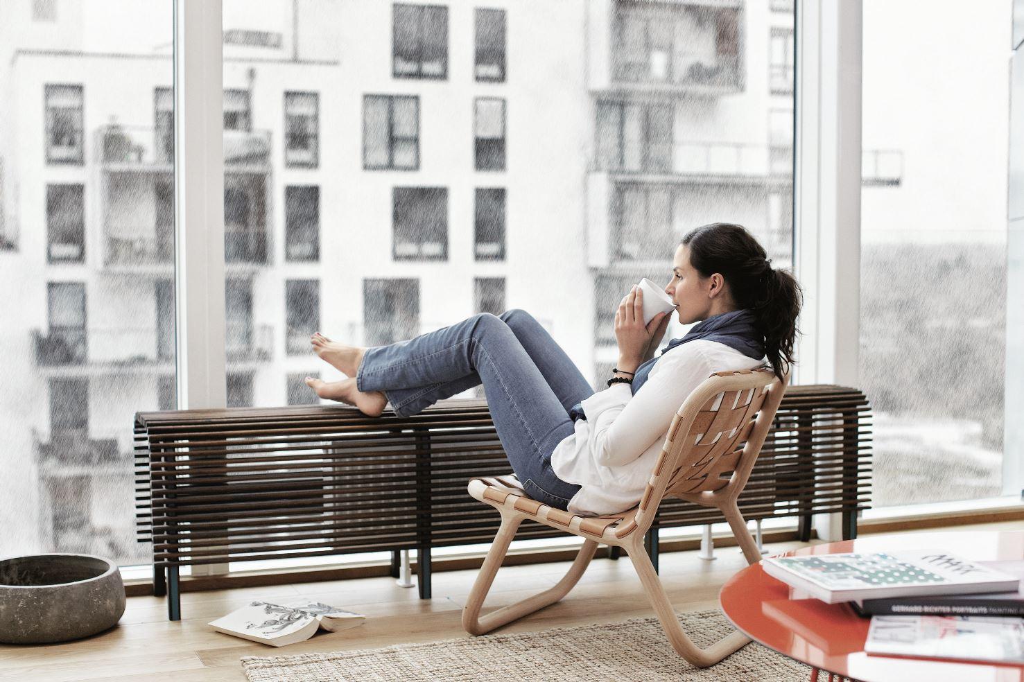 Lehká plovoucí podlaha, na níž sedí žena v křesle
