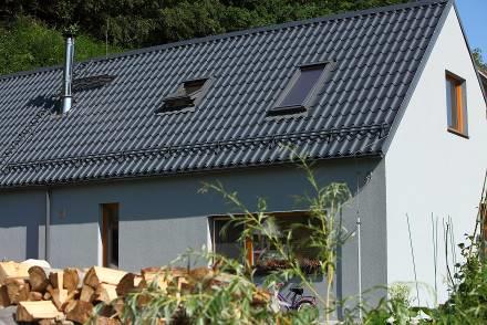 Rodinný dům ve Středočeském kraji využívá profilovanou plechovou střešní krytinu Lindab Topline