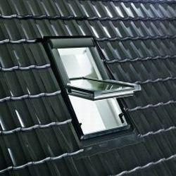 ROTO - kyvné elektricky ovládané střešní okno Designo RotoTronic R4 - zasklení Roto BlueLine Plus ..8A